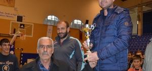 ?ehit Fethi Sekin'in babası sporculara madalya verdi