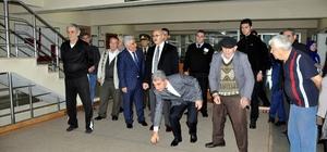 ali Köşger, huzurevinde yaşlılarla bocce oynadı