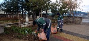 Develi'de mezarlıklarda temizlik çalışmaları ediyor