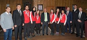 Dünya İkincisi Curling takımından Rektör Çomaklı'ya ziyaret