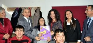 Güzelköy Özel Eğitim Merkezi öğrencileri karnelerini Kaymakamdan aldı