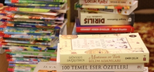 Akçakoca Belediyesi okul kütüphanelerine kitap hediye etti