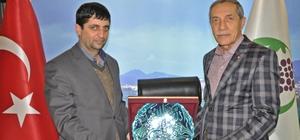 Başkan Yusuf Özdemir'den AGAD Başkanı Aslan'a plaket