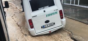 Yolcu minibüsü çöken yola saplandı