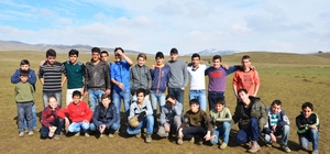 Karın yağmadığı Muş Ovası'nda futbol maçı