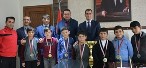 Şampiyonlar kupa ve madalyaları ile geldiler