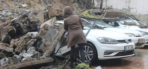 İstinat duvarı çöktü, 4 araç zarar gördü