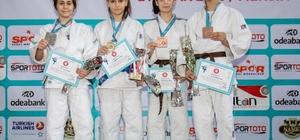 Judocular Mersin'den madalyalarla döndü