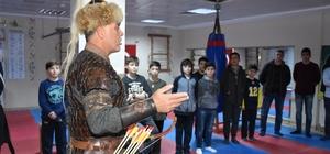 Geleneksel Türk okçuluğunu öğreniyorlar