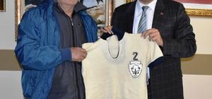 arım asırlık Nazillispor formasını Başkan Alıcık'a hediye etti