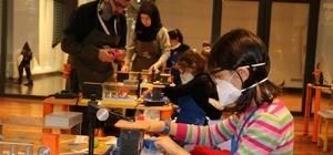 Minik öğrenciler maket uçaklarıyla Mehmetçik'in yanında