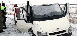 Kaza yapan 14 kişilik minibüsten 51 kaçak çıktı