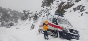 Yolda mahsur kalan ambulansı belediye ekipleri kurtardı