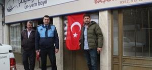 Pınarbaşı Belediyesi esnafa Türk Bayrağı dağıttı