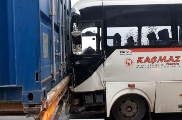 Kocaeli'de servis minibüsü tırla çarpıştı: 9 yaralı