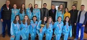 Şampiyon kızlardan Başkan Gönenç'e teşekkür ziyareti