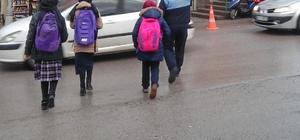 Zabıta ekipleri okul önlerinde görev yapıyor