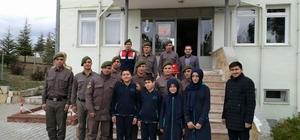 Ortaokul öğrencilerinden Mehmetçiklere moral ziyareti