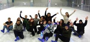 Üniversiteli öğrencilerden buz paten pistine ilgi