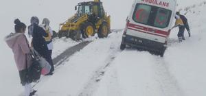 Van'da, karda mahsur kalan ambulanslar kurtarıldı