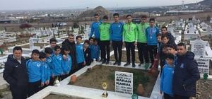 Kazandıkları kupayı vefat eden arkadaşlarının mezarına götürdüler