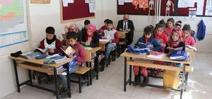 Tillo'da öğrenci, öğretmen birlikte kitap okuyor