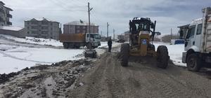 Çaldıran belediyesi çamurlu yolları kurutuyor
