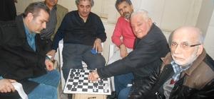 Şairler 75 yaşındaki ustadan satranç öğreniyor