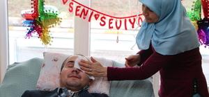 Evde sağlık hizmeti gören hastaya evlilik yıl dönümü sürprizi