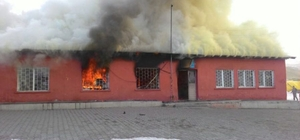 Kars'ta bir ilkokul yandı