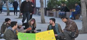 Sokak müziği yaparak çocuk istismarına hayır dediler