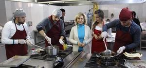 FÜ öğrencileri, mutfakta hünerlerini sergiledi