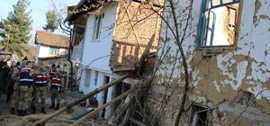 Yıkmaya çalıştıkları evin altında kalan kadın öldü