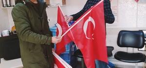 Kaman'da gençler esnafa bayrak dağıttı