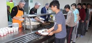 Kaymakam Karataş, öğrencilere yemek dağıttı