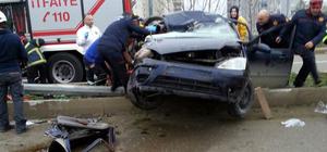 Aydınlatma direğine çarpan otomobilin sürücüsü öldü