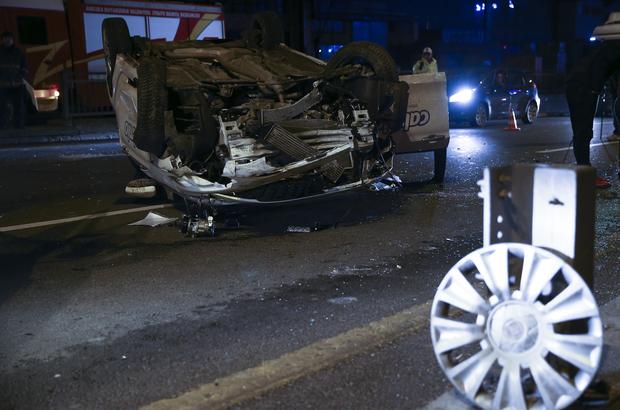 Başkentte bariyerlere çarpan otomobil devrildi