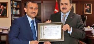 """Tunceli'de, Bakan Eroğlu'na """" Fahri Hemşehrilik Beratı"""""""