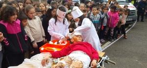 Deprem tatbikatında minik öğrencilerin rolleri izleyenlerden beğeni aldı