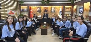 Şampiyon kızlar Başkan Çöl'ü ziyaret etti