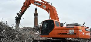 Tarihi minareye zarar vermemek için hassas yıkım