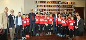Şampiyon sporcular Başkan Tollu'yu ziyaret etti