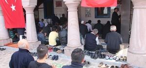 Cemaate Türk Bayrağı dağıttılar