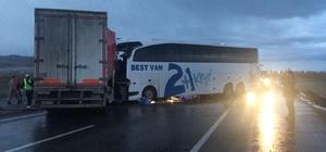Muş'ta otobüsle tır çarpıştı: 1 ölü, 30 yaralı