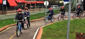 Bisikletini alan öğrenciler binmeyi öğreniyor