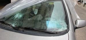 tomobilin camını parke taşıyla parçaladı
