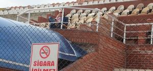 Maçı sigara içerek takip eden gözlemci tepkilere neden oldu