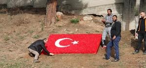 Çanakkale şehitlerini anma töreninde, karanfilden Türk bayrağı
