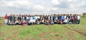 Öğrenciler Kent Ormanına fidan dikti