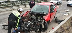 Ootomobil köprünün bariyerlerine çarptı: 1 yaralı